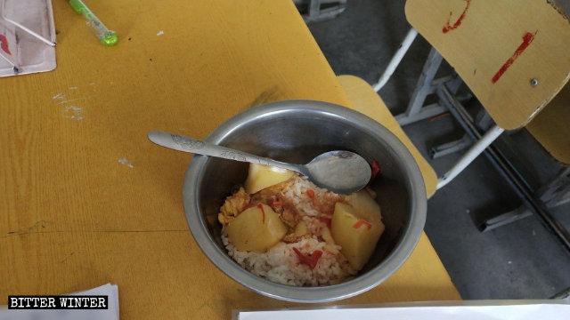 Por lo general, cada comida en el internado en China está compuesta de arroz y verduras.