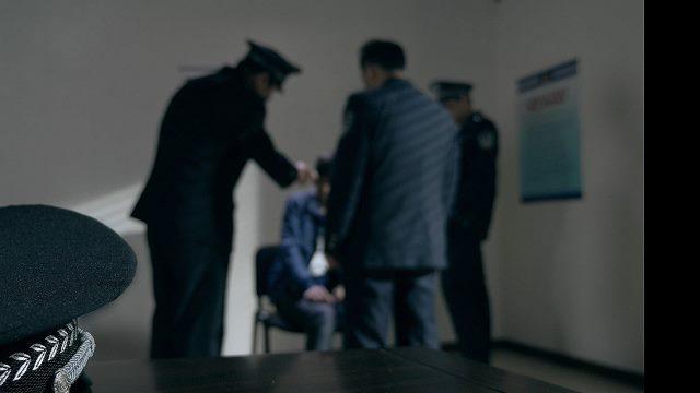 policía tortura a un cristiano
