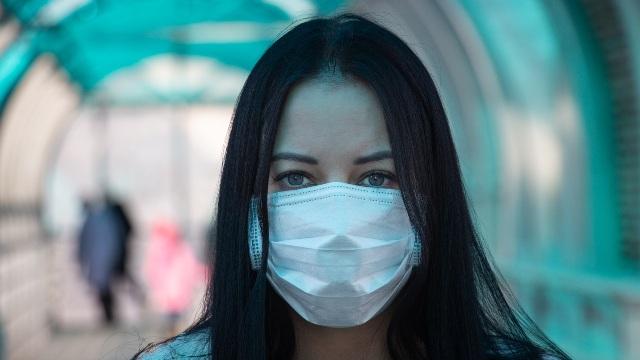 Chica en coronavirus máscara