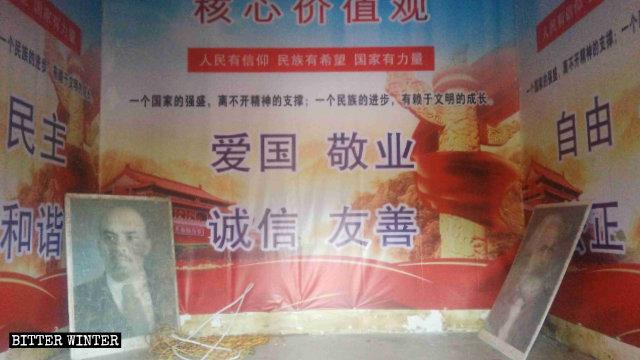 En un templo de Kwan Yin emplazado en la aldea de Gelao se colocaron retratos de Marx y Lenin.