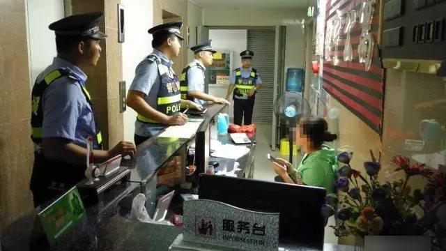 La policía está inspeccionando un hotel.
