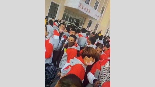 Trabajadores uigures y túrquicos esperan ser transferidos fuera de Sinkiang