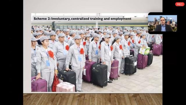 Zenz habla sobre cómo hombres y mujeres jóvenes de etnia uigur, idénticamente uniformados y portando los mismos bolsos, se preparan para ser enviados a remotas partes del imperio chino para fabricar ropa o teléfonos para reconocidas marcas occidentales.