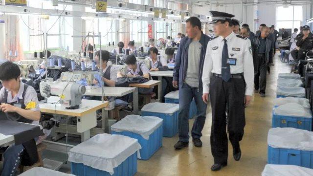 El taller de una prisión está siendo inspeccionado.