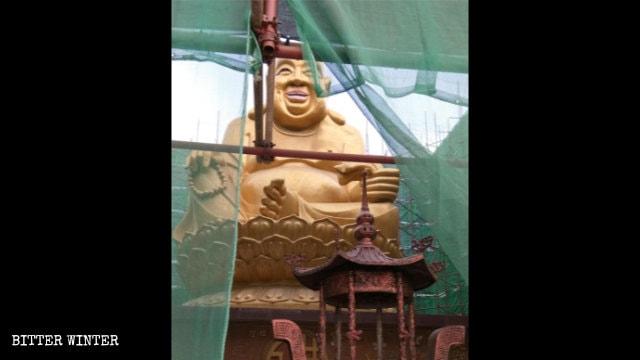 La estatua de Maitreya situada en el Parque Zaohang de Qingdao previamente había sido cubierta con tubos de acero y gasa.