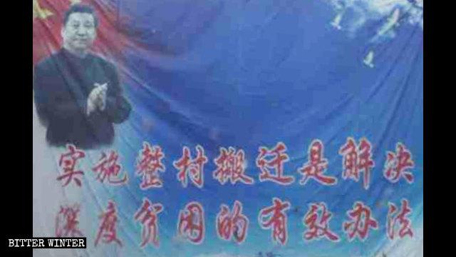 Un cartel colocado junto a un edificio residencial