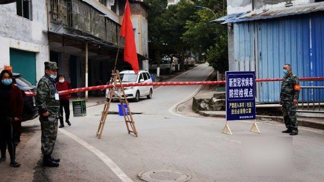 Un control de carretera instalado para evitar la propagación del coronavirus en el condado de Qu de la ciudad de Dazhou, en la provincia suroccidental de Sichuan.