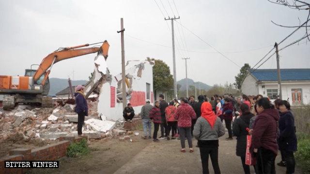Una excavadora está demoliendo el Templo de Longhua.