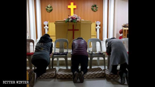 Varios creyentes están rezando en el lugar emplazado en Mingjun.