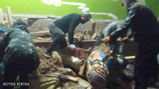 Personal gubernamental está demoliendo estatuas en la Sala del Rey Dragón.