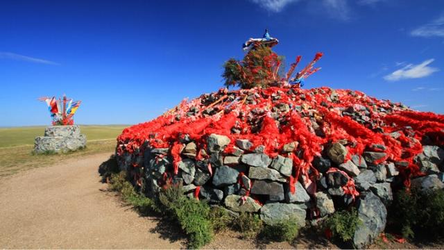 Un aobao (montón de piedras) da testimonio de la persistencia de la religión tradicional en Mongolia Interior.