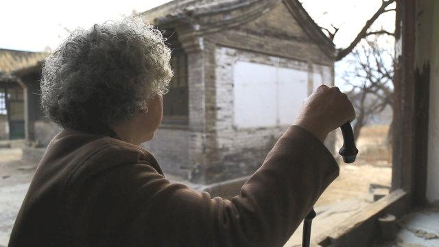 anciana esperando a su familia
