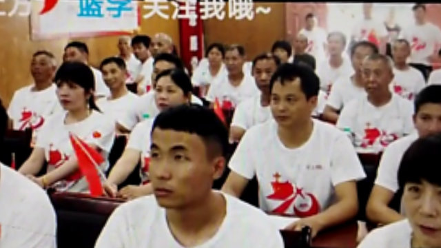 "Captura de pantalla del video titulado ""Iglesia convertida en sala de conferencias para crear un hogar espiritual para los aldeanos""."