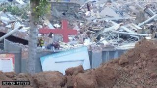 Dos iglesias protestantes administradas por el Estado fueron demolidas en Henán (Video)