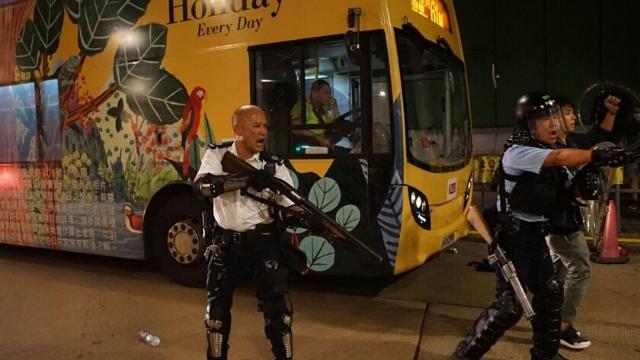 La policía se prepara para entrar en acción en Hong Kong.