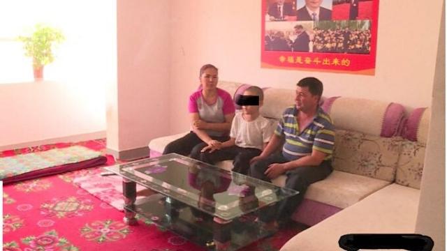 La vivienda ha sido sinizada, con sofás y mesa baratos