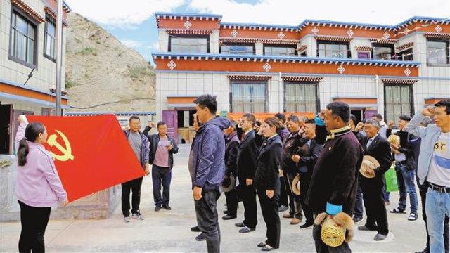 Los miembros del Partido en el Tíbet celebran el 99.° aniversario de la fundación del PCCh.