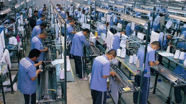 Prisioneros están trabajando en la planta textil de una prisión.