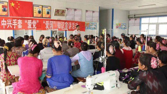 """Varias mujeres uigures asisten a una clase obligatoria para aprender a """"amar al país y al Partido"""" después del trabajo."""