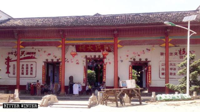 """En el interior del templo se ha colocado una pancarta en la que se insta a """"revitalizar las zonas rurales""""."""