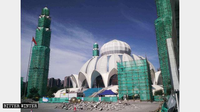 La Gran Mezquita de Yuehai emplazada en Yinchuan está siendo rectificada.