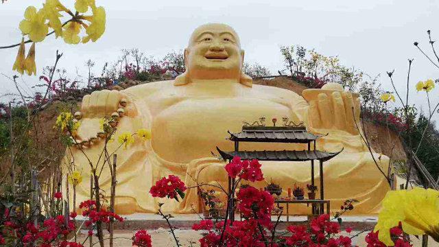 La estatua de Buda que se hallaba situada en la granja de flores de la ciudad de Cenxi.