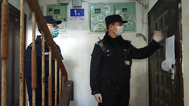 Los agentes de policía visitan los hogares de la gente para registrar su información de identificación.