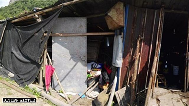 Residencia de un anciano, la cual no puede protegerlo del viento ni de la lluvia.