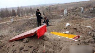Funcionarios exhuman e incineran cuerpos para promover la cremación