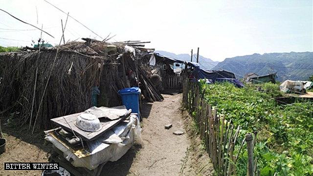 Uno de los cobertizos de bambú donde viven más de 30 ancianos.
