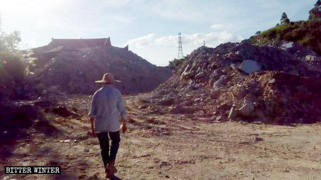 El hogar de ancianos fue convertido en una pila de escombros.
