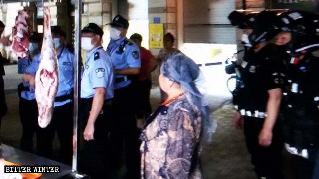 La policía de la ciudad de Xiamen investigó una gran cantidad de negocios dirigidos por uigures en el mes de junio.