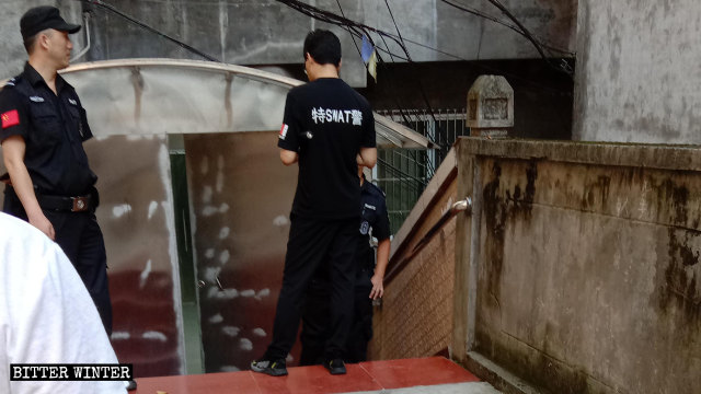La policía montaba guardia fuera del lugar de reunión.