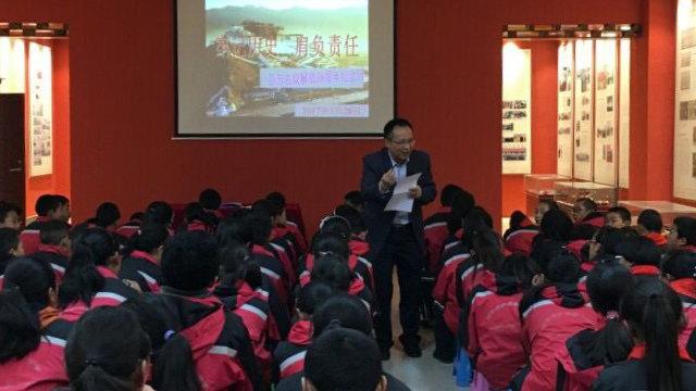 Los estudiantes de la escuela secundaria Chanba Nro. 1 asisten a una clase de patriotismo.