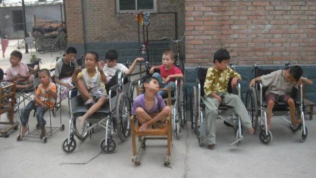 Los niños del orfanato dirigido por el obispo Jia.