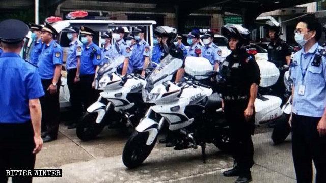 Numerosos oficiales de policía se están preparando para efectuar una redada.