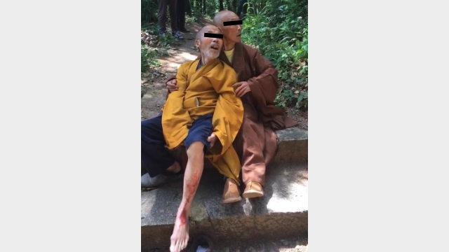 Un monje budista fue golpeado por proteger el templo.